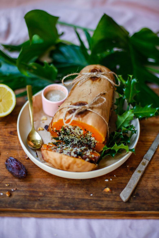 Gevulde Pompoen Met Quinoa En Tahinsaus opengesneden
